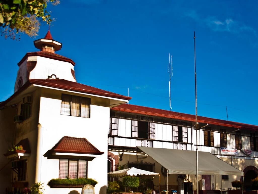 Dumaguete City Hall | DumagueteInfo Net ServiceEmail: info@dumagueteinfo-net-service.com [CC BY-SA 4.0 (https://creativecommons.org/licenses/by-sa/4.0)]